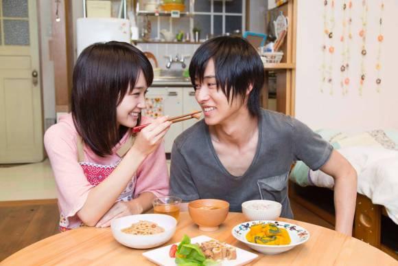Penampakan Gouriki dan Yamazaki sebagai Aio dan Shusei, mencerminkan sepasang kekasih remaja SMA