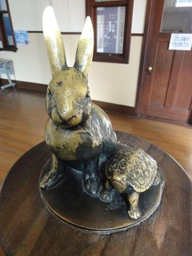 450px-Toyosato_Elementary_School_Old_building-rabbit_and_tortoise-01-375x500